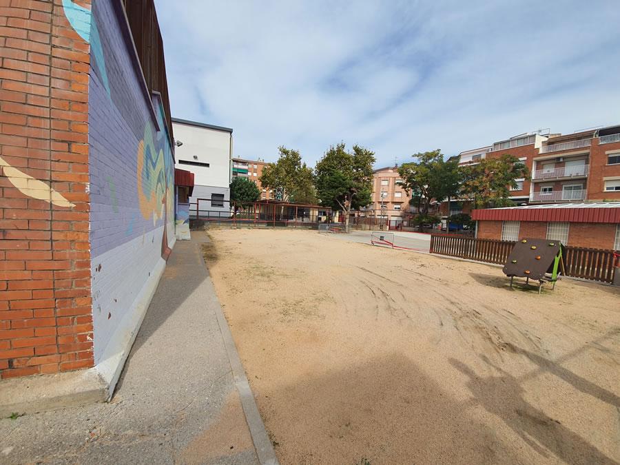 Comencen les obres del projecte dels treballs de retirada de la sorra del pati de P4 i P5 per presencia de fibrociment a l'escola El Garrofer de Viladecans